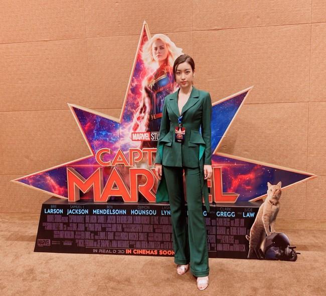 Hoa hậu Đỗ Mỹ Linh phỏng vấn bằng tiếng Anh cực trôi chảy, Captain Marvel trả lời khiến cả khán phòng hú hét vỗ tay - Ảnh 3.