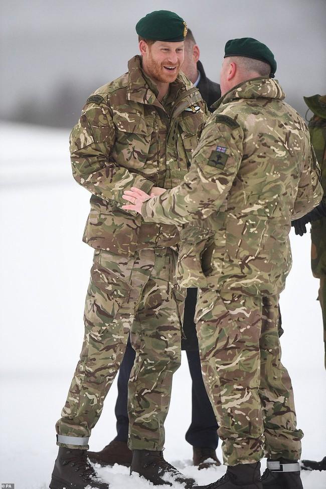Hoàng tử Harry dành món quà Valentine ngọt ngào cho vợ bầu nhưng bình luận của người dùng mạng mới thật phũ phàng - Ảnh 2.