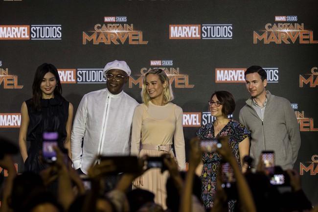 Hoa hậu Đỗ Mỹ Linh phỏng vấn bằng tiếng Anh cực trôi chảy, Captain Marvel trả lời khiến cả khán phòng hú hét vỗ tay - Ảnh 1.
