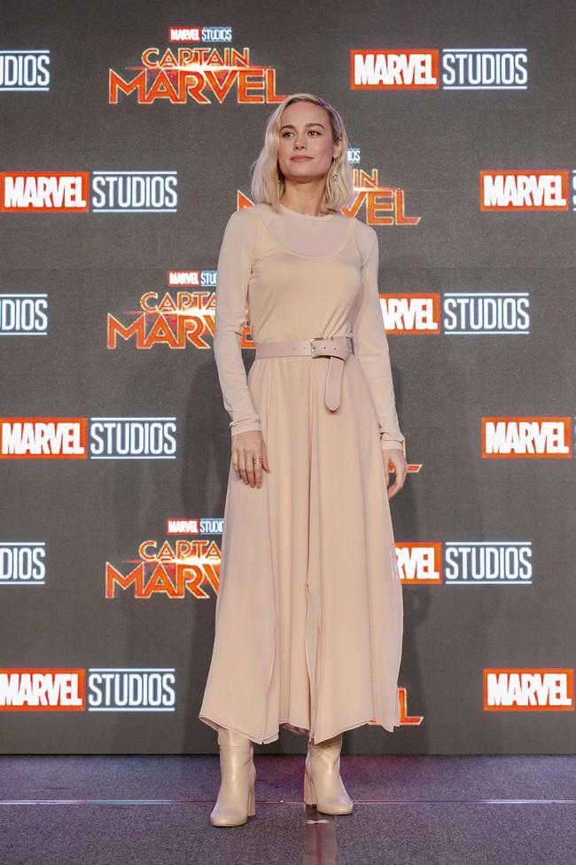 Hoa hậu Đỗ Mỹ Linh phỏng vấn bằng tiếng Anh cực trôi chảy, Captain Marvel trả lời khiến cả khán phòng hú hét vỗ tay - Ảnh 9.