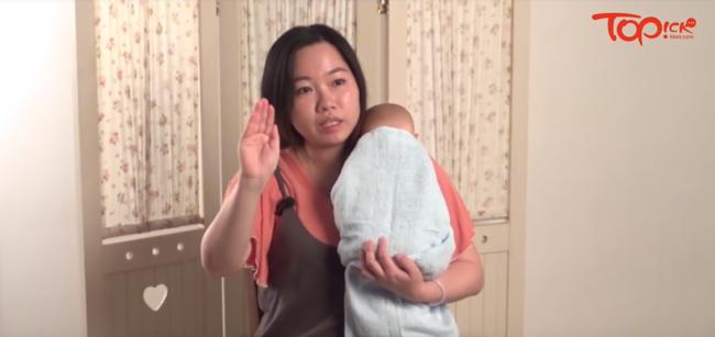 Lưu ý các mẹ không thể bỏ qua khi giúp con ợ hơi và cách quấn khăn chuẩn xịn dành cho các mẹ mới sinh - Ảnh 1.