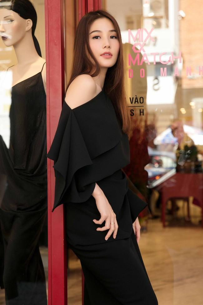 Diễm My 9X cuốn hút với váy đen khoe vai trần nõn nà, quyến rũ - Ảnh 2.