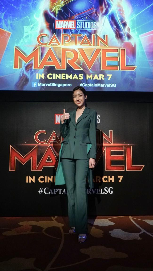 Hoa hậu Đỗ Mỹ Linh phỏng vấn bằng tiếng Anh cực trôi chảy, Captain Marvel trả lời khiến cả khán phòng hú hét vỗ tay - Ảnh 4.