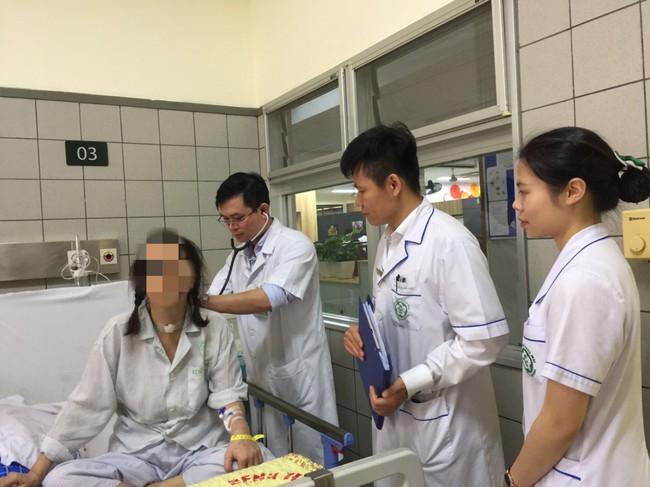 Nữ thợ may đau vai gáy 6 năm, không ngờ bị khối u xâm lấn cả tim phổi nguy kịch - Ảnh 1.
