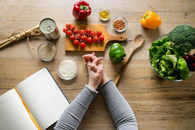 Các bác sĩ tiết lộ chế độ ăn kiêng tốt nhất giúp giảm cân - Ảnh 1.