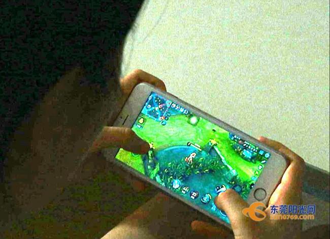 Cô gái trẻ bị viêm loét giác mạc do thường xuyên xem điện thoại vào ban đêm: Hãy bảo vệ mình theo cách này - Ảnh 3.