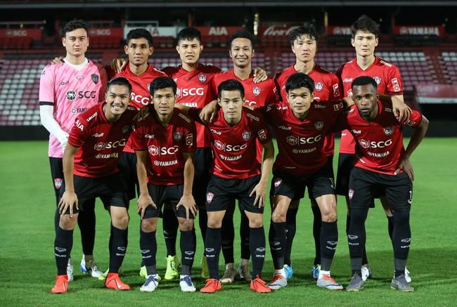 Yến Xuân thu hút trên khán đài, theo dõi bạn trai Văn Lâm bắt trận ra mắt Muangthong United - Ảnh 1.