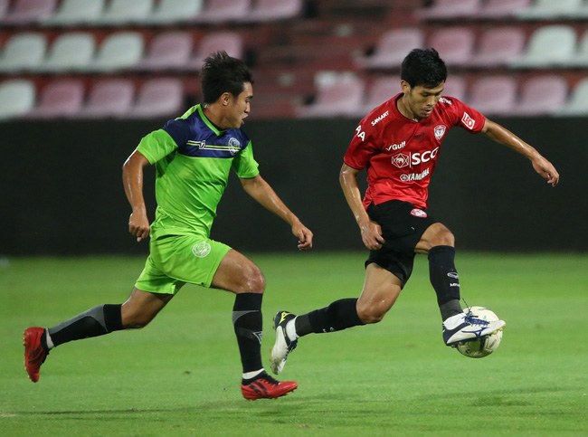 Yến Xuân thu hút trên khán đài, theo dõi bạn trai Văn Lâm bắt trận ra mắt Muangthong United - Ảnh 10.