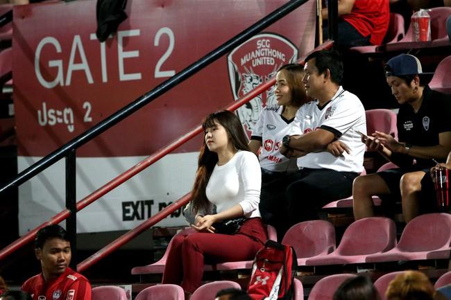 Yến Xuân thu hút trên khán đài, theo dõi bạn trai Văn Lâm bắt trận ra mắt Muangthong United - Ảnh 2.