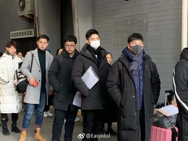 Nam thần con nhà nòi Cbiz gây náo loạn Học viện điện ảnh Bắc Kinh: Đi thi thôi mà có cần phải đẹp trai thế không? - Ảnh 2.