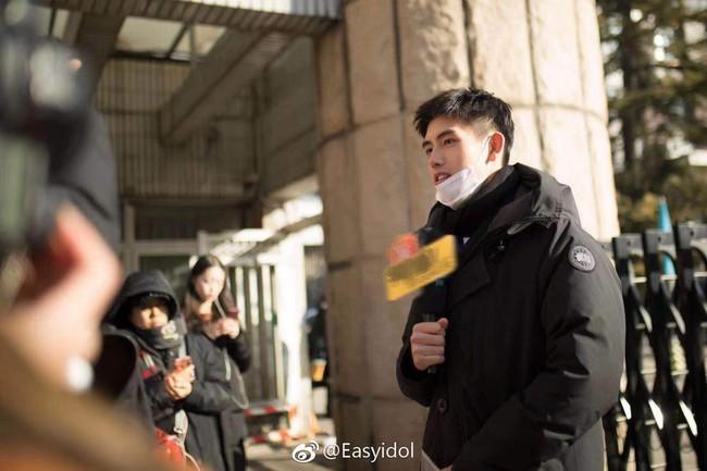 Nam thần con nhà nòi Cbiz gây náo loạn Học viện điện ảnh Bắc Kinh: Đi thi thôi mà có cần phải đẹp trai thế không? - Ảnh 4.