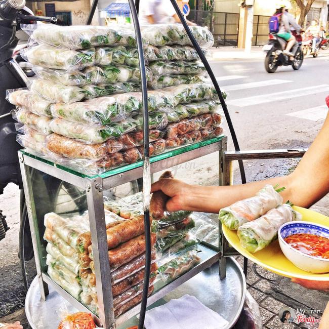 Tiệm gỏi cuốn nổi tiếng nhất nhì Sài Gòn, cứ chiều đến thực khách lại xếp hàng... ngoài cửa sổ chờ mua - Ảnh 1.