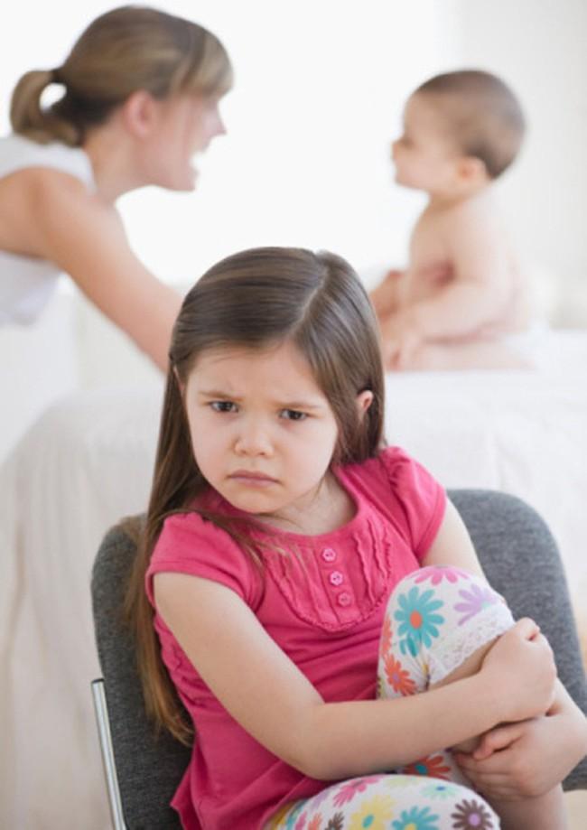 Trẻ thay đổi tâm tính khi mẹ sinh em bé và những biến động tâm lý khác thường của con chưa chắc mẹ đã biết rõ - Ảnh 3.