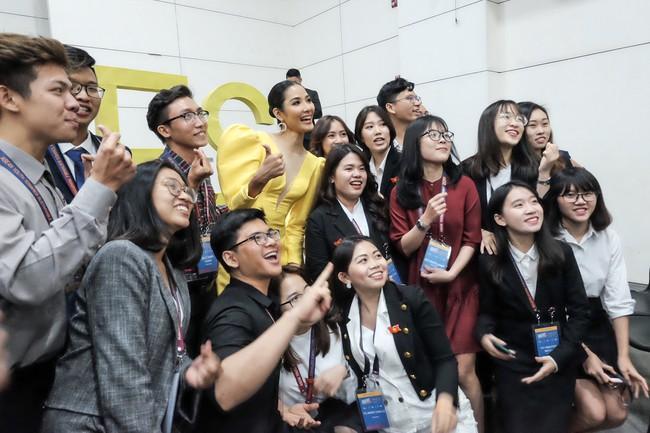 Á hậu Hoàng Thùy gây ấn tượng mạnh khi làm diễn giả ở Philippines - Ảnh 5.
