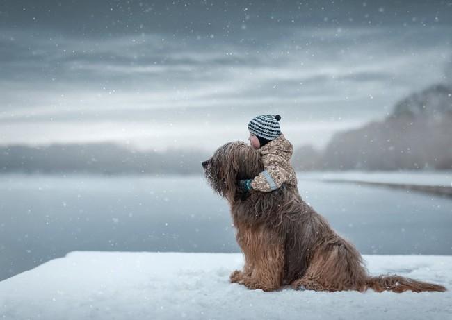 Bộ ảnh đẹp đến nao lòng của các bé chụp cùng thú cưng khổng lồ khiến ai nấy đều phải ngẩn ngơ, trầm trồ - Ảnh 7.