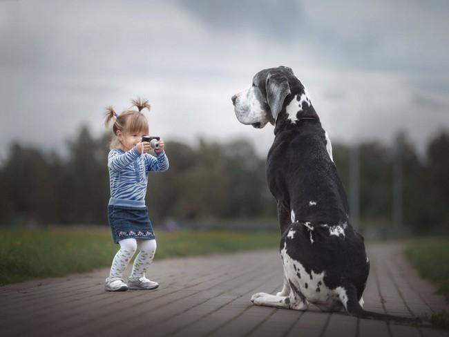 Bộ ảnh đẹp đến nao lòng của các bé chụp cùng thú cưng khổng lồ khiến ai nấy đều phải ngẩn ngơ, trầm trồ - Ảnh 11.
