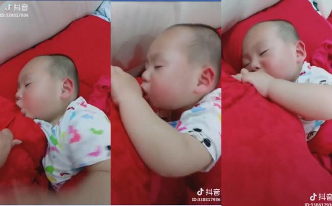 Nghiện ti mẹ tới nỗi đi ngủ cũng không buông, cậu bé khiến ai nấy cười ngất khi biết sự thật - Ảnh 2.
