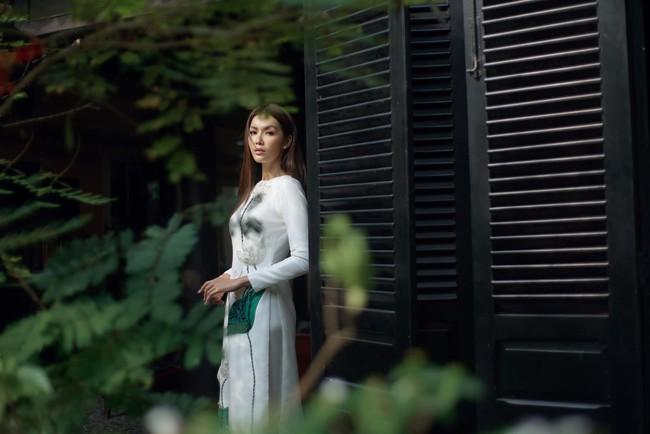 Chán làm quý cô nóng bỏng, Minh Tú bất ngờ dịu dàng với áo dài  - Ảnh 3.