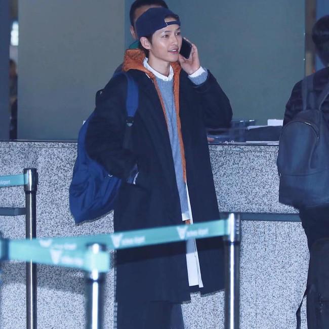 Song Joong Ki lần đầu xuất hiện sau tin đồn ly hôn, điều đặc biệt là có phản ứng giống hệt Song Hye Kyo - Ảnh 4.