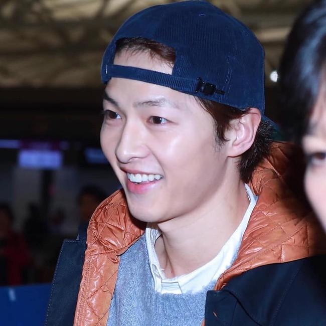 Song Joong Ki lần đầu xuất hiện sau tin đồn ly hôn, điều đặc biệt là có phản ứng giống hệt Song Hye Kyo - Ảnh 1.