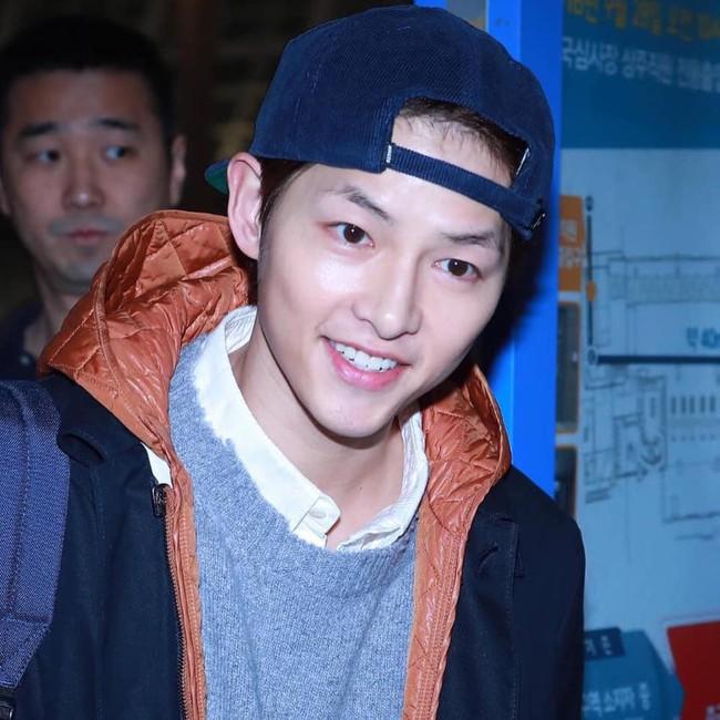 Song Joong Ki lần đầu xuất hiện sau tin đồn ly hôn, điều đặc biệt là có phản ứng giống hệt Song Hye Kyo - Ảnh 2.