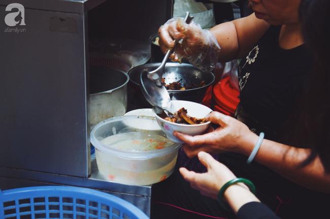 Quán bún chả nằm sâu trong ngõ nhỏ, trưa nào thực khách cũng phải xếp hàng đợi chờ mới đến lượt ăn ở phố cổ - Ảnh 10.