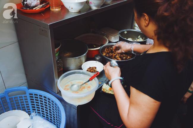 Quán bún chả nằm sâu trong ngõ nhỏ, trưa nào thực khách cũng phải xếp hàng đợi chờ mới đến lượt ăn ở phố cổ - Ảnh 3.