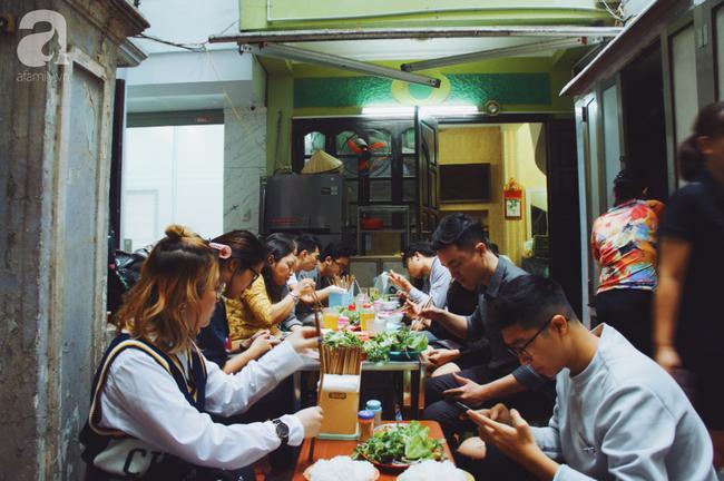 Quán bún chả nằm sâu trong ngõ nhỏ, trưa nào thực khách cũng phải xếp hàng đợi chờ mới đến lượt ăn ở phố cổ - Ảnh 13.