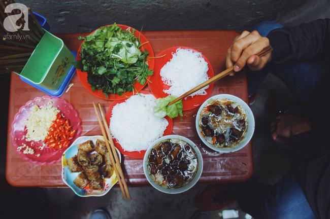 Quán bún chả nằm sâu trong ngõ nhỏ, trưa nào thực khách cũng phải xếp hàng đợi chờ mới đến lượt ăn ở phố cổ - Ảnh 7.