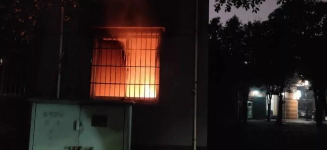 Đôi tình nhân điên rồ: Cô gái chơi lửa phóng hỏa nguyên nhà rồi kéo bạn trai ra đường trong tình trạng bán khỏa thân - Ảnh 1.