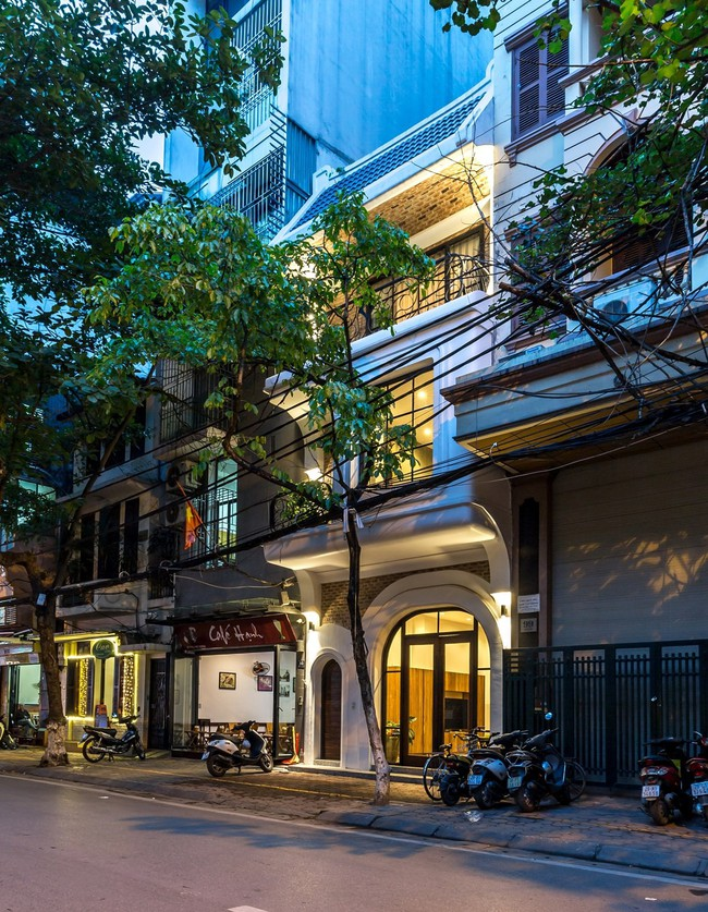 Ngôi nhà phố sang trọng nhưng ấm cúng, mang đậm vị ấu thơ ở tuyến phố đắt giá của Hà Nội - Ảnh 1.