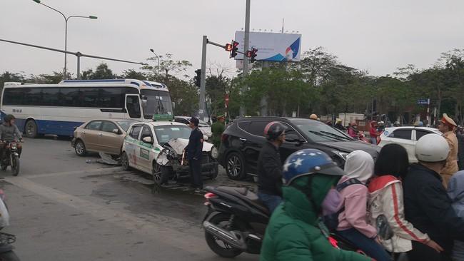 Hà Nội: Tài xế xe điên ngủ gật rồi bất ngờ đâm hàng loạt phương tiện ở ngã tư hầm Kim Liên - Ảnh 4.