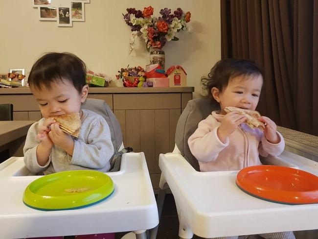 Mẹ Việt tại Bỉ chia sẻ trọn bộ bí kíp mẹ nào cũng muốn biết về hành trình cho hai bé sinh đôi ăn dặm, 15 tháng đã tự xúc thìa ăn ngon lành - Ảnh 4.