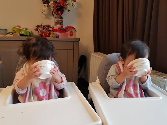 Mẹ Việt tại Bỉ chia sẻ trọn bộ bí kíp mẹ nào cũng muốn biết về hành trình cho hai bé sinh đôi ăn dặm, 15 tháng đã tự xúc thìa ăn ngon lành - Ảnh 7.