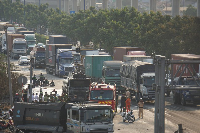 TPHCM: Xe bồn chở xăng dầu cháy ngùn ngụt trên Xa lộ Hà Nội, tài xế hoảng hồn tháo chạy - Ảnh 2.