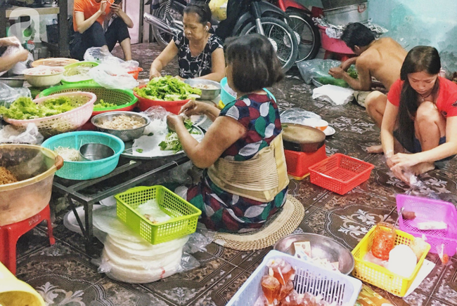 Tiệm gỏi cuốn nổi tiếng nhất nhì Sài Gòn, cứ chiều đến thực khách lại xếp hàng... ngoài cửa sổ chờ mua - Ảnh 2.