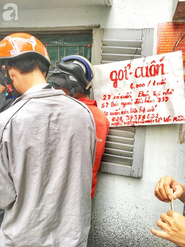 Tiệm gỏi cuốn nổi tiếng nhất nhì Sài Gòn, cứ chiều đến thực khách lại xếp hàng... ngoài cửa sổ chờ mua - Ảnh 3.