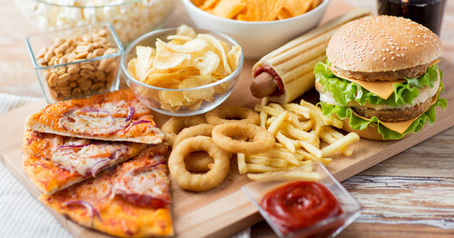 6 loại thực phẩm nên cắt bỏ khỏi chế độ ăn nếu không muốn gây hại cho sức khỏe  - Ảnh 1.