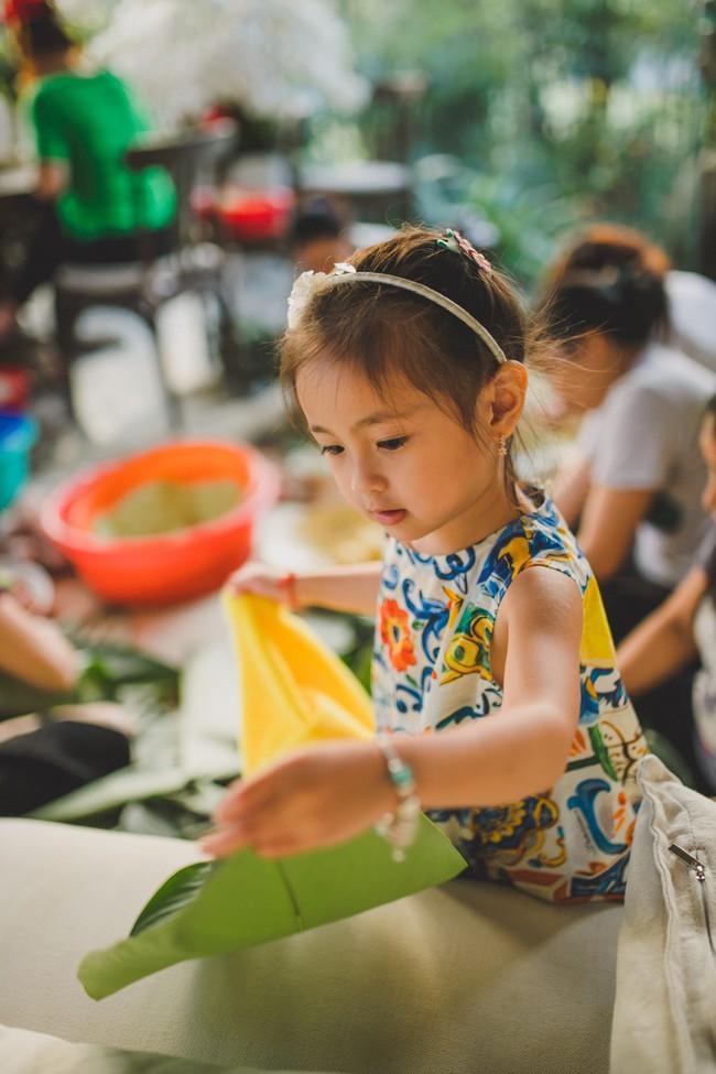 Các con Hà Kiều Anh chăm chú xem mẹ gói bánh chưng ngày Tết - Ảnh 6.