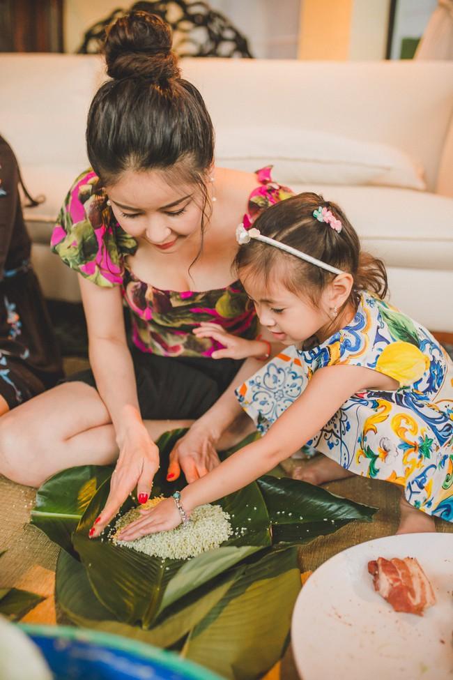 Các con Hà Kiều Anh chăm chú xem mẹ gói bánh chưng ngày Tết - Ảnh 5.
