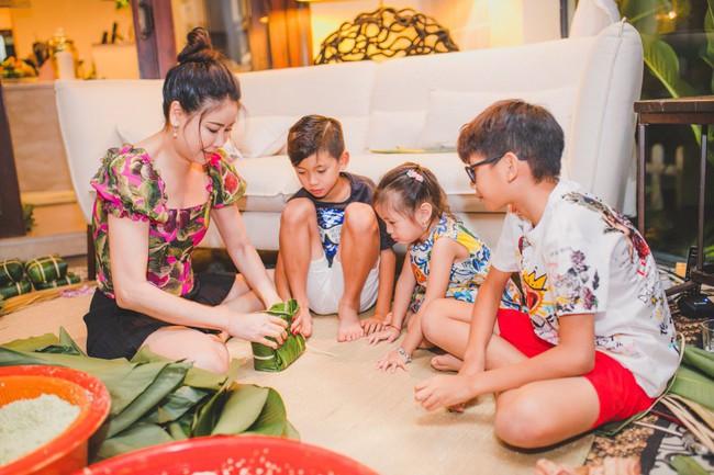 Các con Hà Kiều Anh chăm chú xem mẹ gói bánh chưng ngày Tết - Ảnh 8.