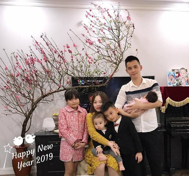 Hội hot mom tươi xinh cùng chồng con chúc mừng năm mới: Hằng Túi viên mãn bên đàn con, Huyền Baby sang chảnh ngút trời - Ảnh 1.