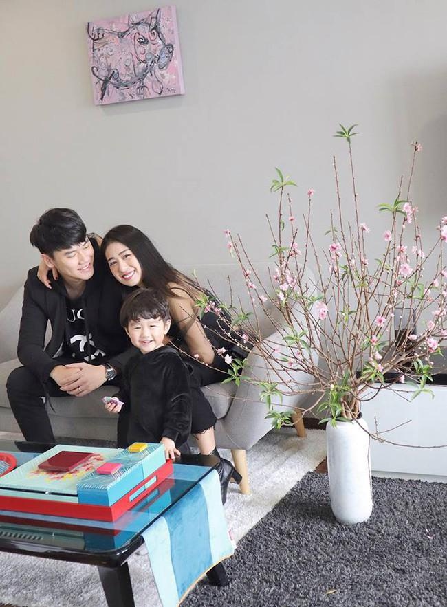 Hội hot mom tươi xinh cùng chồng con chúc mừng năm mới: Hằng Túi viên mãn bên đàn con, Huyền Baby sang chảnh ngút trời - Ảnh 5.