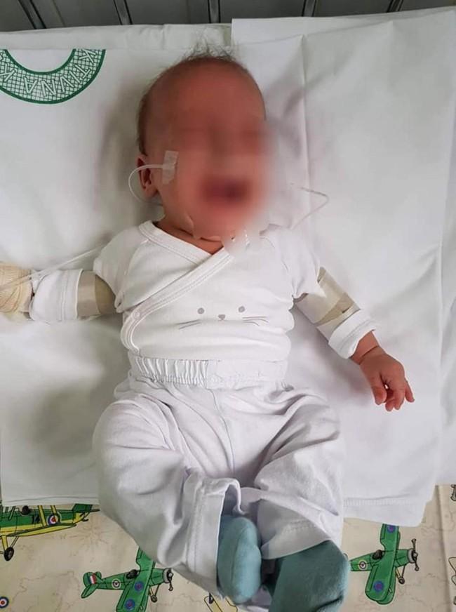 Bức hình cặp song sinh 5 tháng tuổi bị trói chặt trên giường bệnh và sự thật gây sốc khiến ai cũng phẫn nộ - Ảnh 4.