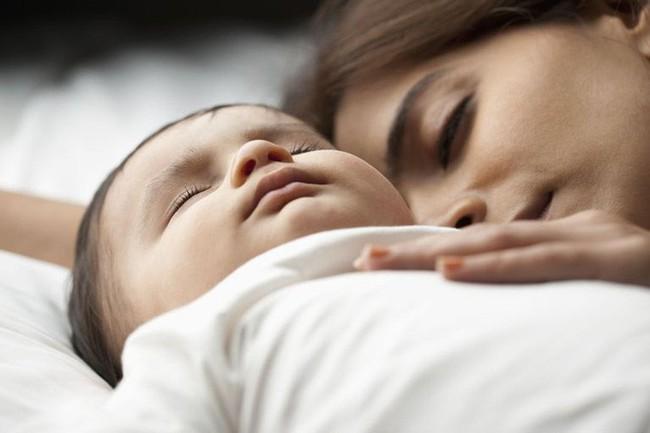Luyện ngủ cho con mãi không thành, mẹ trẻ loay hoay tìm nguyên nhân và bất ngờ với 9 lí do này - Ảnh 5.