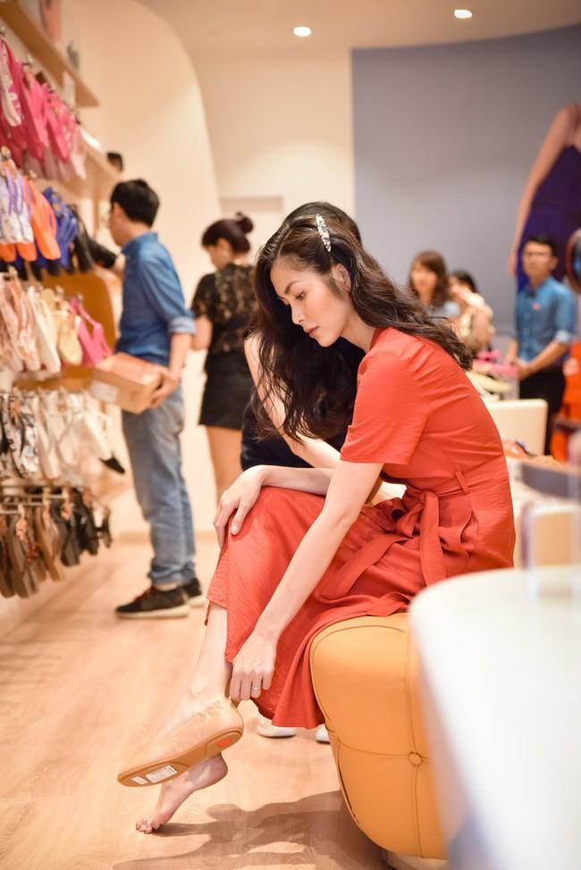 Diện váy đỏ rực rỡ, Hà Tăng khoe khoảnh khắc hạnh phúc cười tít mắt bên ông xã Louis  - Ảnh 4.