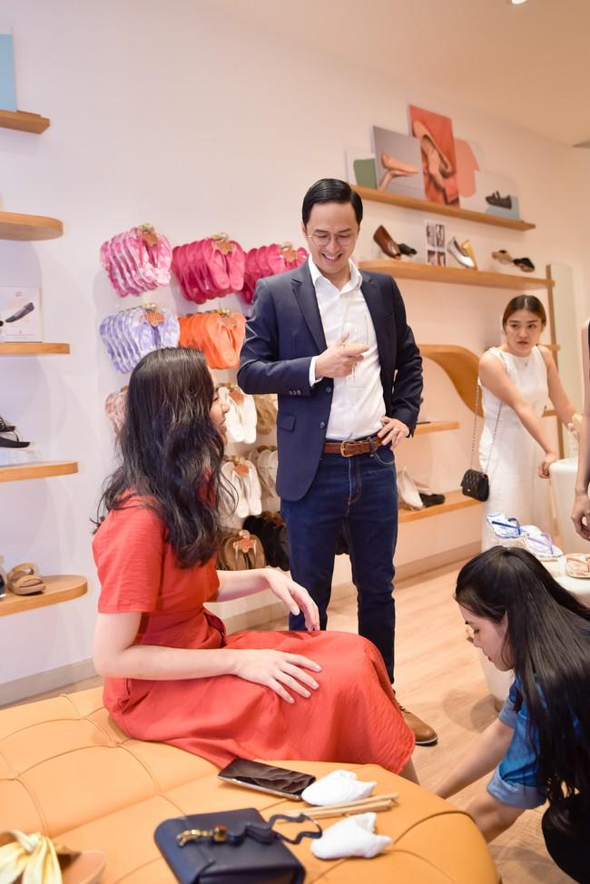 Diện váy đỏ rực rỡ, Hà Tăng khoe khoảnh khắc hạnh phúc cười tít mắt bên ông xã Louis  - Ảnh 5.