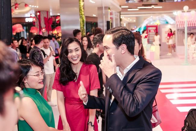Diện váy đỏ rực rỡ, Hà Tăng khoe khoảnh khắc hạnh phúc cười tít mắt bên ông xã Louis  - Ảnh 1.
