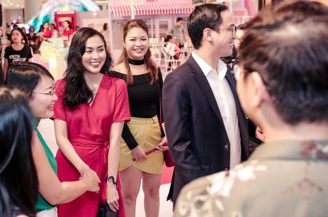 Diện váy đỏ rực rỡ, Hà Tăng khoe khoảnh khắc hạnh phúc cười tít mắt bên ông xã Louis  - Ảnh 2.
