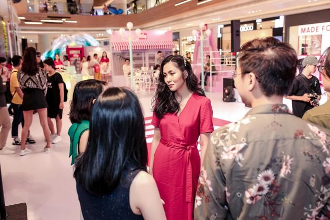 Diện váy đỏ rực rỡ, Hà Tăng khoe khoảnh khắc hạnh phúc cười tít mắt bên ông xã Louis  - Ảnh 3.